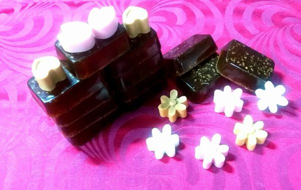 COFFEE WITH ESSENTIAL OILS IN HONEY AND COFFEE GROUNDS Xaf's soaps